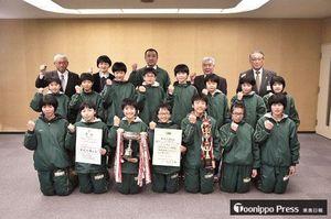 相川町長(後列左)に全国大会での健闘を誓った鶴田クラブのメンバーら