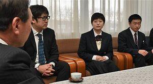 工藤町長(左端)に視察内容を報告する生徒