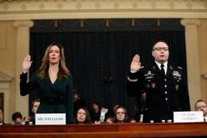 19日、米ワシントンで開かれた下院情報特別委員会の公聴会で宣誓するペンス副大統領の外交顧問ウィリアムズ氏(左)とビンドマン陸軍中佐(AP=共同)