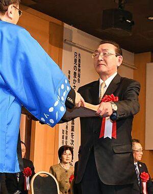 三村知事(左)から表彰状を受け取る受賞者