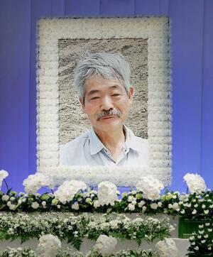 告別式の祭壇に飾られた中村哲さんの遺影=11日午前、福岡市
