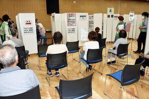 八戸市総合保健センターの接種会場で順番を待つ高齢者