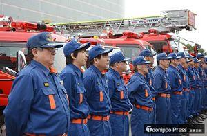 春の防災パトロールの出動式に臨む消防隊員ら=9日、青森市のアスパム前