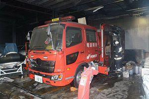 車両後部を半焼した電源開発大間原発建設所の化学消防車=3日午前5時半、大間町奥戸小奥戸