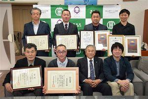 鈴木村長(前列右から2人目)とともに写真に納まる、米のコンクールなどで大量入賞した稲華会の会員ら