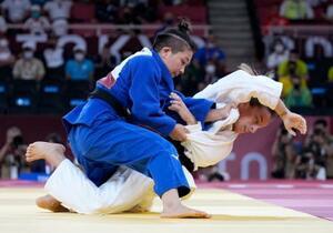 女子48キロ級決勝 コソボのディストリア・クラスニチ(下)を攻める渡名喜風南=日本武道館