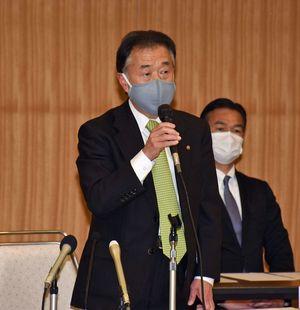 八戸三社大祭運営委員会の全体会議であいさつする塚原会長
