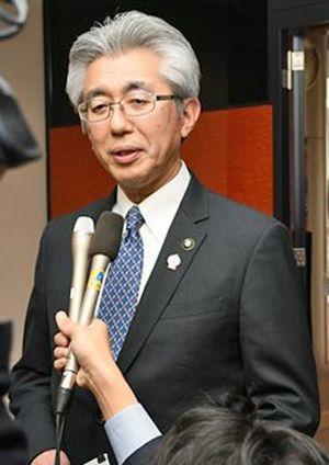 市職員の個人情報が流出したとみられる問題で、報道陣の質問に答える桜田市長=13日午後0時半ごろ、市役所