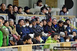 オリンピック選手らのプレーを見つめる満員の観客=14日午後、青森市のみちぎんドリームスタジアム