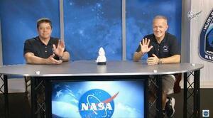 4日、記者会見するNASAのロバート・ベンケン(左)、ダグラス・ハーリー両飛行士(NASAテレビから・共同)