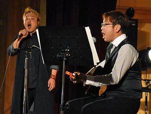 青森工業高で熱唱するマニ☆ラバの「NAKANO」こと仲野さん(左)と、「はるよピ」こと木村さん