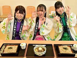 熊そば(手前中央)と白神そばの食リポでポーズを取るGMUの(左から)藤本、嶋村、田中