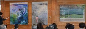 むつ市川内庁舎でお披露目された3枚の絵画。左から「鯛島伝説」(國府田姫菜さん作)、「明日をのぞむ」(鈴木咲穂さん作)、「背に広がる」(神谷恵さん作)
