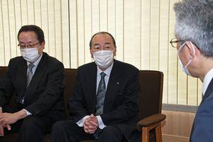 桜田市長(右)に感謝を述べる船越社長(中)