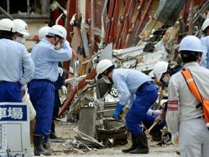 爆発が起きた飲食店の跡地で現場検証する福島県警の捜査員ら=1日午後、福島県郡山市