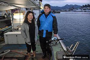 1キロ当たり最高値のマグロを釣り上げた小鹿智秋さん(右)と妻の輝恵さん=5日午後4時半ごろ、今別漁港
