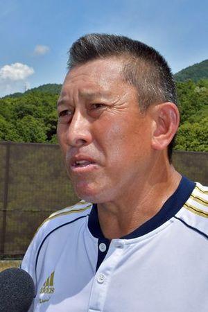 「つなげる野球をしたい」と語る龍谷大平安の原田監督=13日、京都市の龍谷大平安ボールパーク