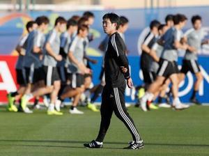 サッカー日本代表の森保監督。後方はランニングするイレブン=アブダビ(共同)
