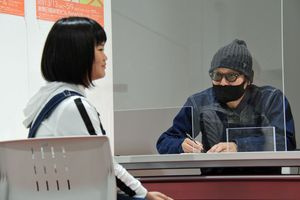 モデルの女性をボールペンで描く江口さん=10日、青森市の東奥日報新町ビル