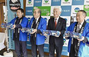 十和田湖名産のヒメマスの山漬け販売を小山田市長(右から2人目)に報告した小林組合長(同3人目)ら