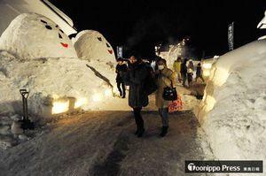 毎年、個性豊かな雪だるまが来場者を出迎える冬イベント「雪の降るさと」=2017年2月4日