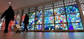 幅11メートル 青森空港に大型ステンドグラス