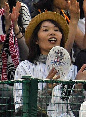 ロッテのユニホームを身に着け、種市投手の活躍を見守る母・美代子さん