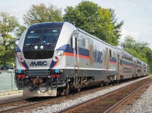 走行中のMARCブランズウィック線の列車=2021年7月13日、米メリーランド州