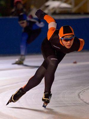 【中学女子3000メートル】4分54秒88で制した根城(根城)。前日の1500メートルも大会新記録で制しており2冠を達成した=八戸市の長根公園スケートリンク