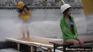 「ミスター防波堤」コンテストで、放水に耐える参加者
