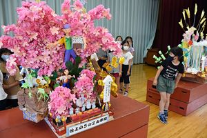 吹上小体育館に展示されたミニ山車を見学する同校の児童