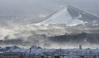 強風が作り出す幻想的情景 大雪の恐れ、舞い上がる新雪に光差す