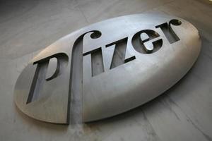 米ニューヨークのファイザー本社のサイン=2009年1月(AP=共同)