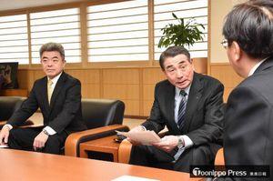 三村知事(手前)に要請内容を説明する、県経営者協会の浜谷会長(左から2人目)と連合青森の内村会長