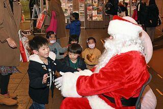 サンタさんに大興奮 青森でクリスマス大会