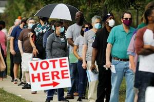 米ノースカロライナ州で、大統領選の期日前投票の列に並ぶ有権者=10月15日(ロイター=共同)