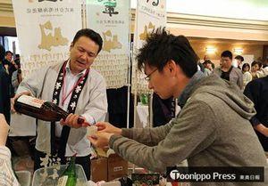 県産酒を楽しむ参加者=3日、仙台市