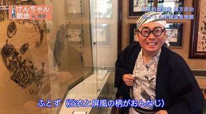 動画内で棟方志功になりきって浅虫を紹介する高谷部会長