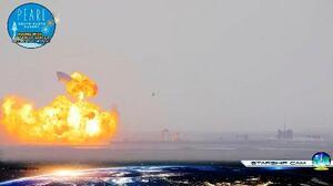 米南部テキサス州で3日、打ち上げ試験で着陸に成功した後に爆発したスペースX「スターシップ」実験機(SPADRE/PEARL SOUTH PADRE RESORTのユーチューブから、ロイター=共同)