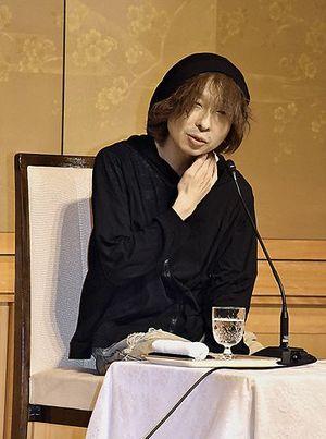 受賞会見で記者の質問に答える高橋弘希さん=18日午後8時45分、東京・帝国ホテル