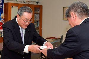 小林市長(右)から目録を受け取る安井会長