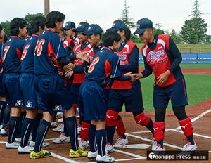 試合前に握手を交わす日本と台湾の選手たち