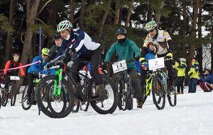 雪上での自転車レースに挑む参加者