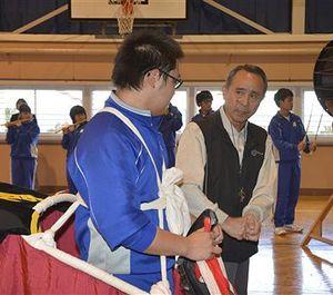 生徒たちに指導する梅田さん(中央右側)