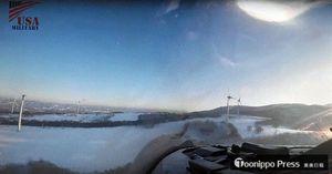 戦闘機の操縦席から撮影されたとみられる映像。風車と風車の間を低空で飛行しているとみられる(ユーチューブから)