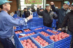 前年を上回る価格での取引となった津軽りんご市場の止め市=23日午前7時53分
