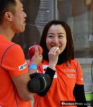 青森県勢選手から渡されたリンゴを頬張る藤澤選手(右)ら