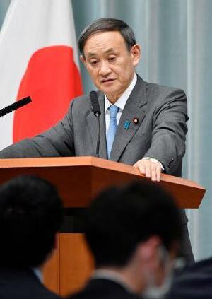 記者会見で質問に答える菅官房長官