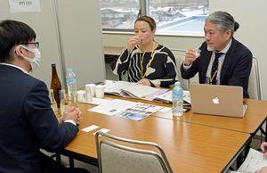 県内酒類関連企業との商談会で地酒を試飲する海外バイヤーたち