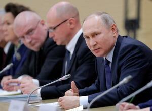 13日、改憲案を検討する作業部会に出席したプーチン・ロシア大統領(右)=モスクワ郊外(タス=共同)